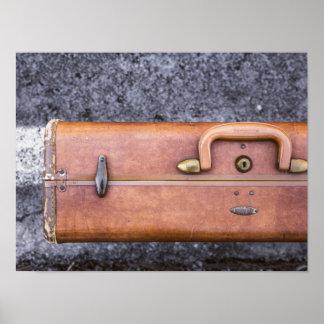 Vintage, maleta llevada en el lado del camino póster