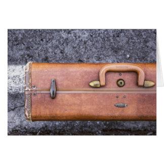 Vintage, maleta llevada en el lado del camino tarjeta de felicitación