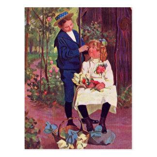 Vintage - muchacho y chica en las maderas postal
