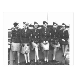 Vintage mujer retra en mujeres militares uniformes postal