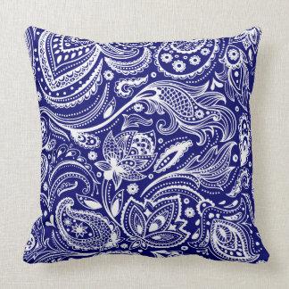Vintage Paisley floral del azul real y del blanco Cojín Decorativo