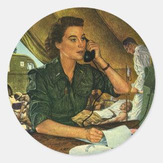 Vintage patriótico, enfermera médica en el pegatina redonda