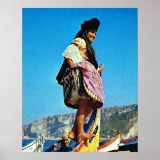 Vintage Portugal, Nazare, chica en un barco de pes Póster