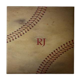 Vintage que mira béisbol con el monograma de encar azulejo cuadrado pequeño