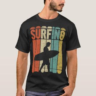 Vintage que practica surf playera