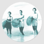 Vintage retro que baña las bellezas que practican pegatinas redondas