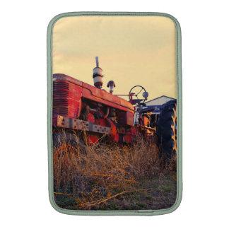 vintage rojo de la máquina del tractor viejo funda  MacBook