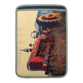 vintage rojo de la máquina del tractor viejo fundas MacBook