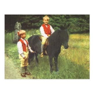 Vintage Suecia, aprendiendo montar, muchachos Postal