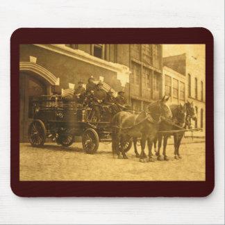 Vintage traído por caballo del coche de bomberos alfombrilla de raton