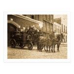 Vintage traído por caballo del coche de bomberos tarjeta postal