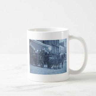 Vintage traído por caballo del coche de bomberos taza básica blanca