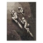 Vintage tres brujas de Halloween que vuelan las es Tarjeta Postal