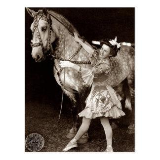Vintage un chica y un caballo del circo postales