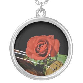 Viola del violín y collar del rosa rojo