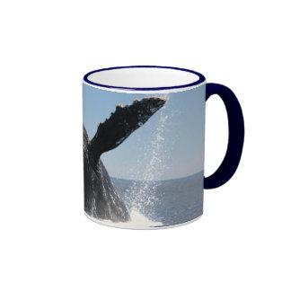 Violación adulta de la ballena jorobada taza a dos colores