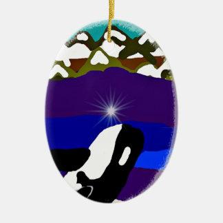 Viole a las montañas la orca adorno navideño ovalado de cerámica