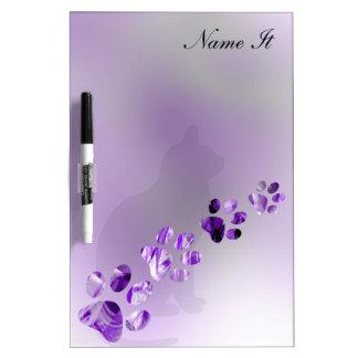 Violeta brillante animal de las patas pizarra blanca