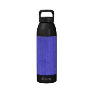 Violeta detallada explorada de la textura del pape botellas de beber