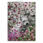 Violeta en flores - perro blanco de Westie Felicitaciones