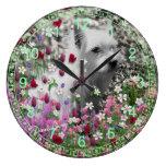 Violeta en flores - perro de perrito blanco de Ter Reloj