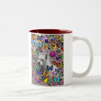 Violeta en mariposas - perro blanco de Westie Taza De Dos Tonos