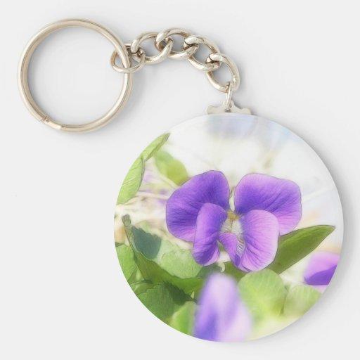 Violeta preciosa de la primavera llavero redondo tipo pin