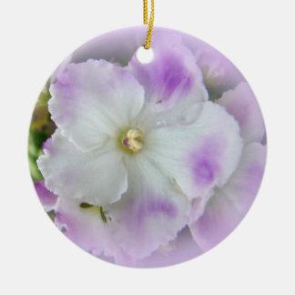 Violetas africanas de lujo púrpuras y blancas adorno navideño redondo de cerámica
