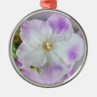 Violetas africanas de lujo púrpuras y blancas adorno navideño redondo de metal