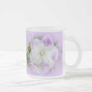 Violetas africanas de lujo púrpuras y blancas taza cristal mate