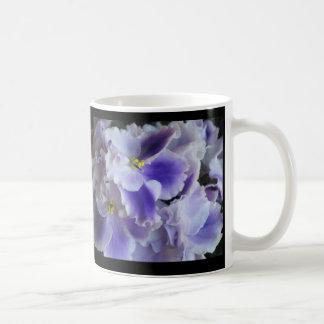 Violetas africanas taza básica blanca