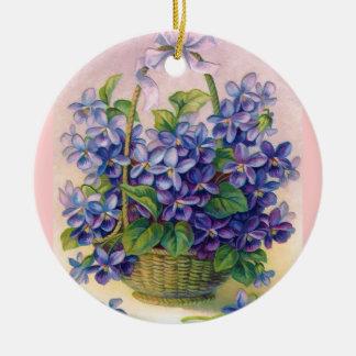 Violetas del vintage en un ornamento de la cesta ornamentos de navidad