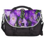 Violetas en la floración bolsa de ordenador