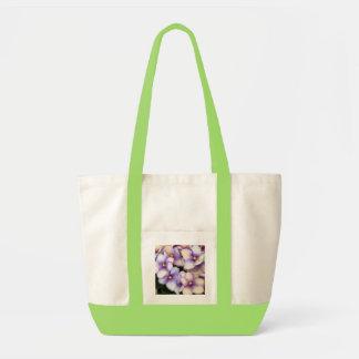 Violetas pálidas de la lavanda bolsa tela impulso