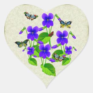 Violetas y mariposas pegatina en forma de corazón