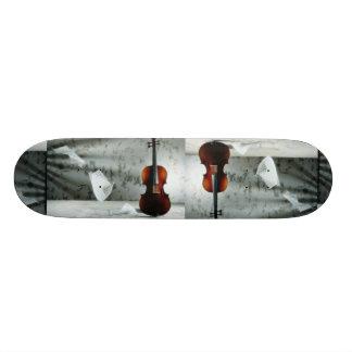 Violín con la flotación de las hojas de música tabla de patinar