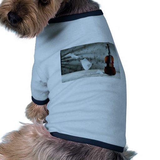Violín con la flotación de las hojas de música camiseta con mangas para perro
