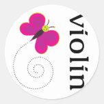Violín lindo de la mariposa etiqueta redonda