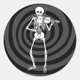 Violín que juega el esqueleto etiqueta redonda