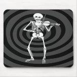 Violín que juega el esqueleto alfombrillas de raton