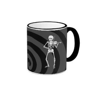 Violín que juega el esqueleto taza