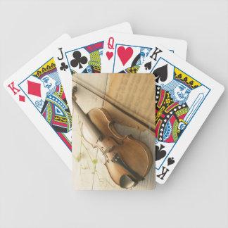 Violín y partitura cartas de juego