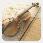 Violín y partitura pegatina cuadrada