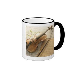 Violín y partitura tazas