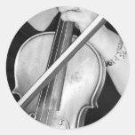 Violinista en descanso etiqueta redonda