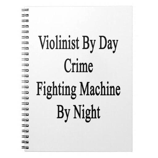 Violinista por la máquina que lucha del crimen del libro de apuntes con espiral