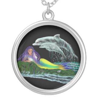 Virgen de mar con delfines collar plateado