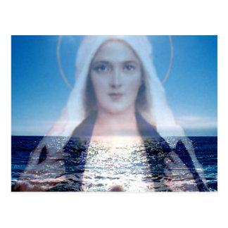 Virgen María bendecido sobre el océano Postal