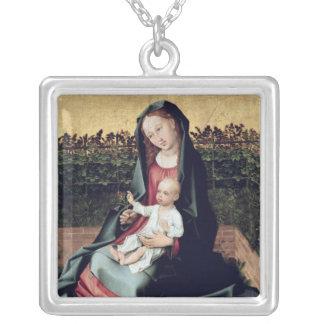 Virgen y niño en el pequeño jardín collar plateado