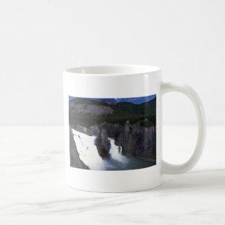 Virginia cae en el río de Nahanni, NWT, Canadá Tazas De Café